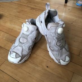 Mega fede Reebok sneakers i hvid, mener det er modellen Instapump Fury. Den originale købspris var omkring 1200kr, men eftersom de er lidt slidte sælges de for 100kr.   Kom med et bud:)