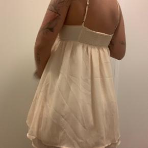 Sælger denne mega fine kjole eller top, ved det ikke. Jeg er 168 og den går mig til under numsen 🌸 Den har justerbar stropper og er meget let i stoffet 😍