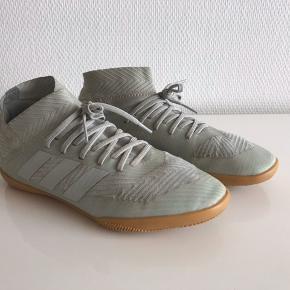 Lækre indendørs fodboldstøvler i str 35. Modellen hedder nemeziz. Brugt men stadigvæk fine.
