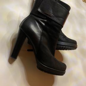 Sælger disse sindsyge lækre støvler fra calvin Klein, ikke brugt sindsygt meget...  De har et lille slid inde i kanten efter mine jeans, men intet man ser overhoved