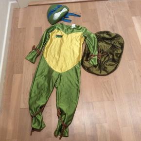 Ninja turtle dragt med rigtig god maske. I god stand uden huller fra ikke ryger hjem. Passer til str 3-5 år (str 104)