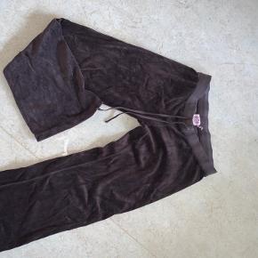 Sælger de her super fine juicy bukser. Der er ikke logo eller lommer bag på. Men super fine. De er i god stand. Men brugte ❤️