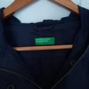 Fin overgangsjakke med lommer og snøre til taljen indvendig