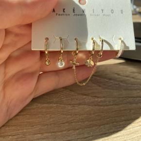Helt nye forgyld øreringenes sæt. Helt ny, sælges kun som sæt. Ny pris var mellem 22-28 euro per stk, hele sæt har kostede 130 euro, cirka 950 kr.