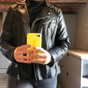 Fed læderjakke fra H&M. Str. 38 BYD   ASOS, acne, Ganni, cos, monki, weekday, messege, zara, H&M, Wood Wood, birkenstock, Adidas, Nike, New balance, gina Tricot, mango,