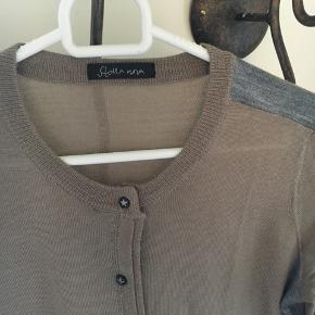 Super lækker tynd cardigan - 50% uld. Er som ny!