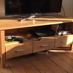 Velholdt tv møbel i massiv egetræ Tre skuffer  Mål: 130x73, højde 50  Kan afhentes i Esbjerg (Sofabord i samme serie sælges også)