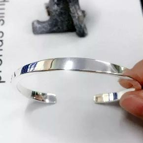 Stearling sølv armbånd Pris : 150 DKK  Materialer: Sterling sølv (925) 1×Gaveæske