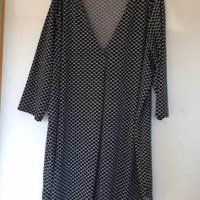 Kjole i polyester. bm 72 x 2 og læ 94 cm.