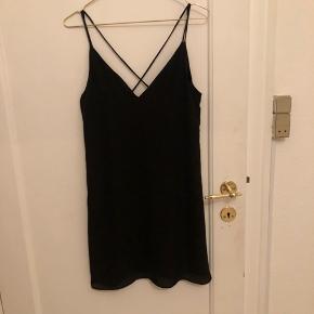 Fin luftig kjole med tynde stropper og kryds på ryggen.  Brugt en gang, men er desværre for stor til mig. Er derfor som ny.