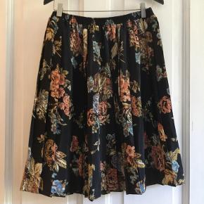 Fantastisk vintage nederdel med plisse i superfin stand.  Der står str 12, men jeg vil vurdere den til en XL.  Der er elastik i taljen