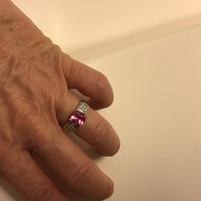 Super fin ring, str.52 Aldrig blevet brugt, sælges for 200,- Super billigt, nypris 850,-