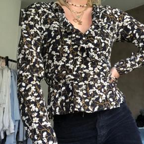 Flot bindebånds bluse fra envii - sidder super flot og er meget tilsvarende størrelsen 💙    Du  kan hente i Aarhus C - Ceresbyen. Ellers sender jeg gennem trendsales' handelssystem💗  Sælger også:  - & Other Stories  - H&M  - Nike  - Zara  - Nue Notes  - Envii  - Vila  - Weekday - Monki - Rosemunde  - Day  - Levis  - Brandy Melville  - Topshop  - Just Female