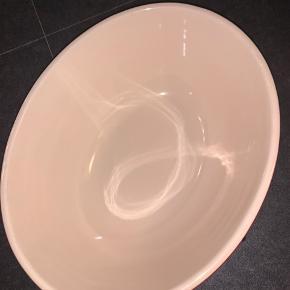 Fin, dyb, ovalformet skål fra Le Creuset.