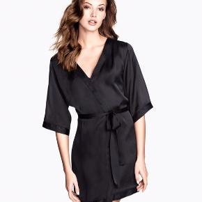 Mega fin og let satin kåbe/kimono. Den er str. XS/S, men jeg vil vurderer, at den passer op til str. S/M.  #30dayssellout