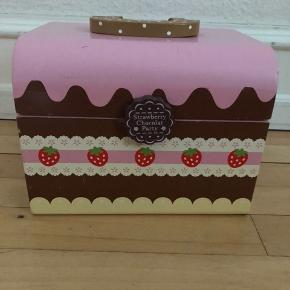 Flot kiste med en masse pænt og velholdt kager, is og div