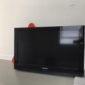 Super fint samsung tv i en god størrelse. Ingen tegn på slid, men fjernbetjeningen virker ikke. Det er intet som ikke kan laves hurtigt. Kan afhentes i Randers. Har ingen kvittering eller andet. Kom med et bud eller skriv privat:)