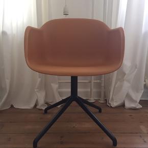 Muuto Fiber Chair med Swivel Base. Brugt som kontorstol men er i virkeligheden en spisebordsstol. Står faktisk som ny. Farven er okkergul.  Nypris: 2695 kr.  Afhentes i Århus C.