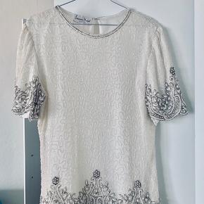 Mærket på denne bluse er Laurence Kogar. Materialet er luxury silk. Denne vare er vintage, aldrig brugt og 100% silke. Virkelig smuk og detaljeret.
