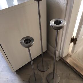 Lysestager til gulvet bestående af 3 i forskellige højder, 55 cm, 65 cm og 75 cm.  Sælges samlet for kun 150,- ex. Fragt