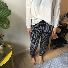 Sælger både bluse og bukser