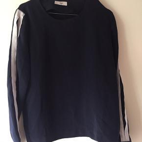 Bluse fra Envii i mørkeblå med hvide løbere på ærmerne
