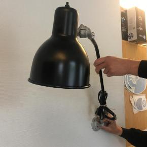 """Varetype: Væglampe Størrelse: Se Farve: Sort Antik """"arkitektlampe"""" som er sat i rigtig fin stand. Glasblæst og malet. Der medfølger kun beslag for vægmontetering."""