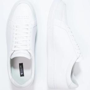 Helt nye sneakers fra Tiger of Sweden, model Arne, str 41, farve 01N/White. Nypris 1700 kr.