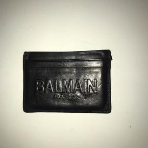Mega fed lille pung fra Balmain!🤩  Der er pladser til 4 kort og et rum i midten😊 Pungen er nypudset🌹