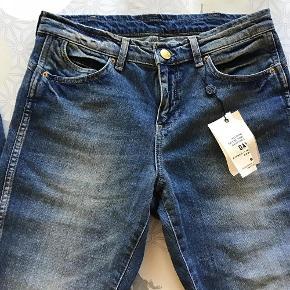 """Varetype: Super lækre jeans i en rå vask, nye! Størrelse: 27"""" Farve: indigo heavy enzyme Oprindelig købspris: 1100 kr.  Jeans i lækker blå farve med råt look. Nye og med tags. Kan evt. prøves på i Odense C. De er almindelige i str.  Liv: 2 x 40 cm - målt lige over Indvendig ben: 82 cm Højde på liv: 25 cm - målt foran  _____________________________________________  Se også mine andre annoncer og byd gerne på flere ting samlet :-)"""