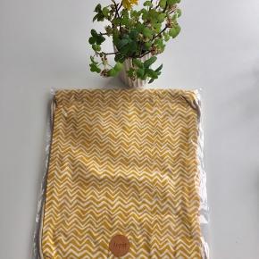 """Ferm Living Kids """"Curry Wawe Gym-Bag"""". Den fineste karrygule gymnastikpose med hvide zigzaglinjer printet på 100% økologisk bomuld. Tasken er perfekt til alle de småting, man bruger til de små - regntøj, gymnastiktøj og legetøj eller til madpakken - når der skal pakkes til en tur på eventyr 🍃👧🏼👦🏻👶🏽 Mål: Højde 36 cm. Bredde 27 cm.   Byd gerne kan både afhentes i Århus C eller sendes på købers regning ✉️📮"""