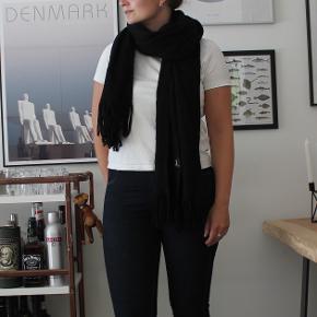 Lækkert og blødt halstørklæde fra H&M Divided.  Sælger billigt, da alt skal væk - BYD endelig.
