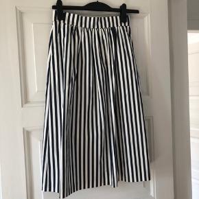 Midi-nederdel fra ZARA sælges da jeg ikke får den brugt.