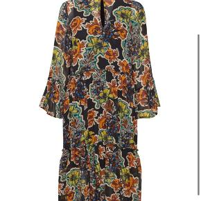 Smuk kjole fra Gestuz. Perfekt med både støvler og sneakers. Kun brugt 2 gange!