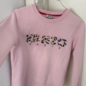 Mega fin fin Kenzo sweater med blomster, str s men passer nok xxs eller xs lidt bedere.  Ingen huller eller skader, man kan dog se en lille smule makeup på kraven men det virkelig ikke noget man ligger særlig meget mærke til.  Np: 1350       Mp: 375 eller byd
