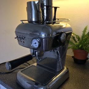 Ascado espresso maskine med mælkesteamer og alle tilhørende dele. Maskinen laver fremragende kaffe og er meget nem at anvende. Nypris er 5.500 kr og maskinen sælges, da jeg ikke har plads i mit køkken