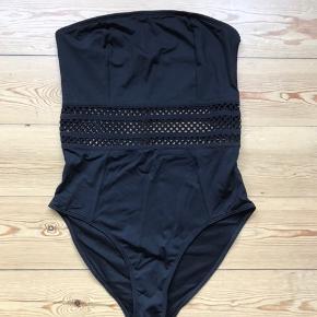 Fin sort stropløs badedragt fra H&M. Har aldrig været brugt og prismærket sidder stadig i. Nypris 179kr.