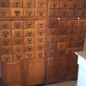 2 arkivskabe fra det gamle rigsarkiv i København. Det ene er en smugle lysere end det andet.   Mål: H:149 B:68 D:43  Mål på det lidt lysere: H:150 B:69 D:43,50  Jeg sælger begge for 4000, eller enkeltvis for 2500 Kan afhentes i Gammeltoftsgade (Kbh K)