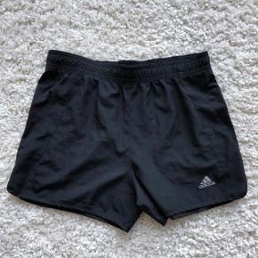 Originale Adidas shorts i sort. Damemodel.  Ubrugte og fremstår helt som ny✨  BYD GERNE! Jeg er til at handle med👍🏼  Skriv også gerne for yderligere oplysninger😊