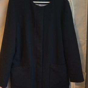 Smuk og enkel frakke eller jakke, coatigan, kan bruges som overgangsjakke. Foret med lysegråt for. To store lommer foran. Lukkes med knapper. OBS: Det er en rummelig L, den er lidt oversize i modellen og passes af XL også. Mål: bryst: 55 x 2 cm. Længde: 85 cm.  Den har været brugt, derfor ses nogle brugsspor i form af lidt fnug. Ingen huller eller andet. Obs: de små fnuller, der ses på de sidste billeder stammer fra en teddy-bear-jakke i hvid, som den har hængt ved siden af, og disse er fjernet med en fnugrulle.   149,- + fragt med Dao kr. 37,- 📦  Bytter ikke.  MÆNGDERABAT 🍁