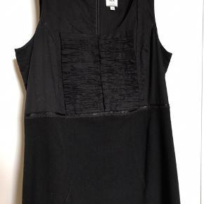 Fragt er incl - dvs kjolen koster kun 100kr - den er fin og uden fejl!