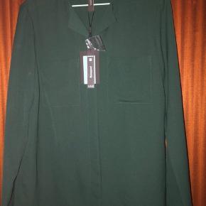 Grøn skjorte med skjult lukning.  Aldrig brugt, mærke yas