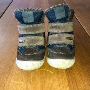 Fine vinterstøvler til de små, i str. 24. Der er uld inde i skoen, og derfor bedre til at holde de små fødder varme.