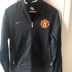 Nike Manchester United lynlåstrøje, der har ligget i skabet længe uden at blive brugt. Står Manchester United trykt bagpå med sort. Købt i specialbutik i London. Pris 100pp er via Mobilepay og jeg sender med DAO til pakkeshop eller den kan afhentes.   Se også mine andre annoncer.