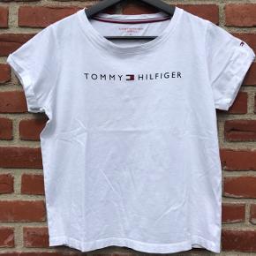 Klassisk T-shirt i bomuld. Brugt men i fin stand. Køber betaler forsendelse😊