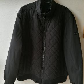 Sort kvalitetsjakke fra Calvin Klein Størrelse XL. Jakken er foret. Absolut ingen brugsspor. Kom gerne med bud!