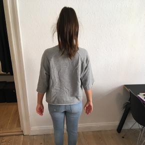 Jeg sælger denne fede trøje fra Won Hundred, str. S. Det er en kort model.  Brugt få gange.   • Jeg sender med DAO - køber betaler • Jeg tager imod MobilePay • Pakken sendes når jeg har modtaget pengene