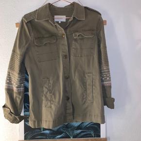Fin jakkeskjorte med detalje på ærmet, som kun er brugt to gange, og den fremstår derfor som ny🌸