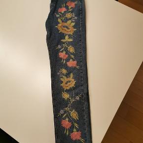 Boyfriend jeans med blomsterprint på forsiden. Neutral bagside