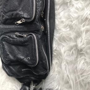 Nunoo Alimakka taske i sort læder. Fremstår næsten som ny, brugt få gange. Den lange rem medfølger.